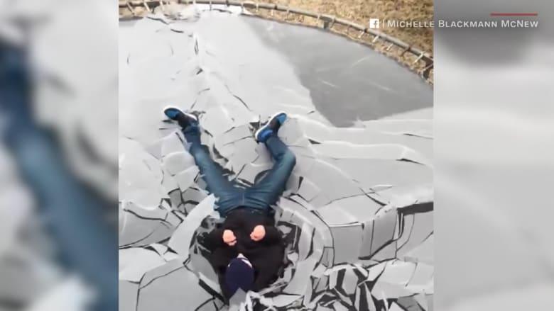 """شاهد بالحركة البطيئة: شاب يقفز على """"ترامبولين"""" متجمدة"""