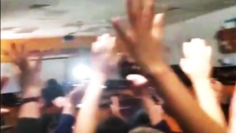 شاهد.. لحظة دخول قوات أمريكية قاعة دراسية بعد اطلاق نار
