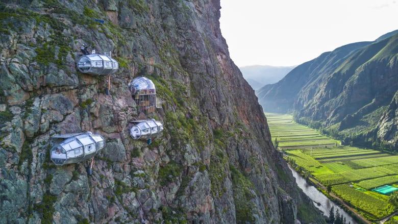 هل تجرؤ على النوم في كبسولة زجاجية معلقة على جبل شاهق؟