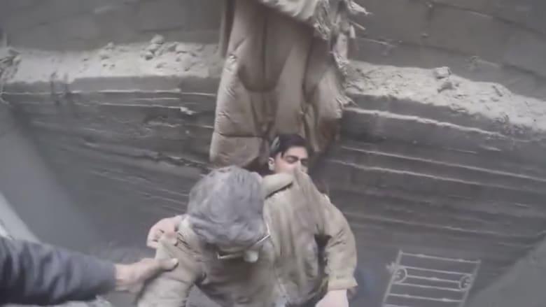 شاهد.. إخراج ناج من تحت أنقاض منزله بالغوطة الشرقية