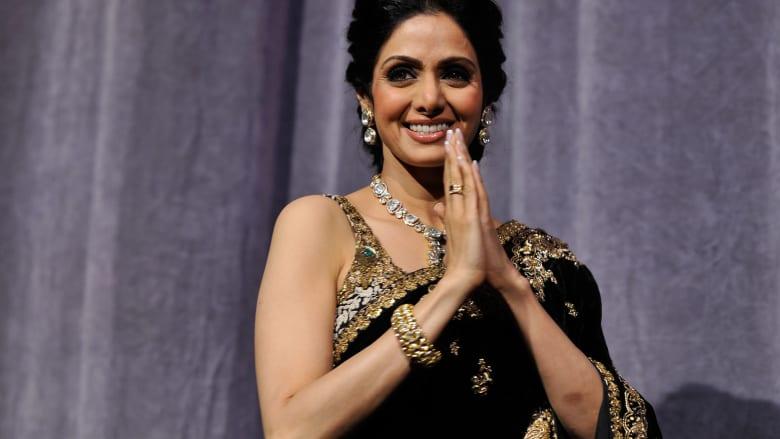 شاهد.. حشود تصطف بالهند لتوديع الممثلة الراحلة سريديفي