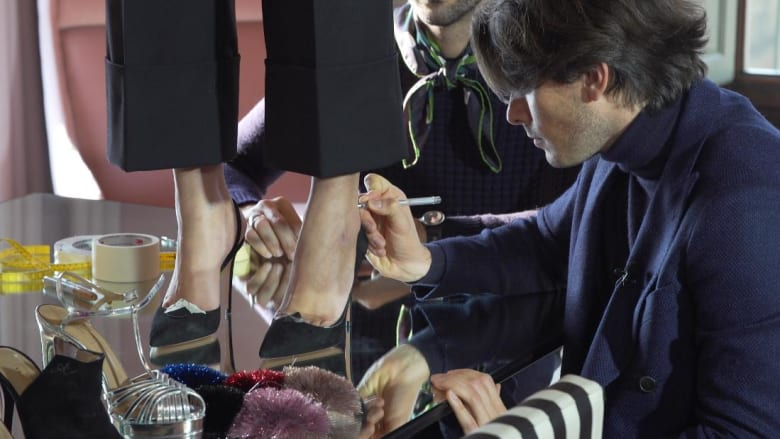 خطوة خطوة..عملية صنع الأحذية الفاخرة بفلورنسا