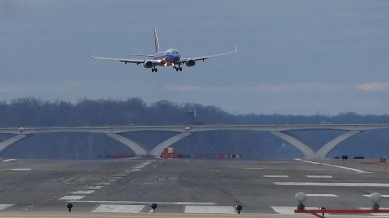 """شاهد.. طائرة """"تواجه كابوساً"""" أثناء الهبوط"""