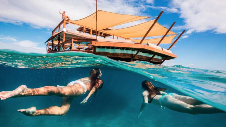 رقص وبحر وأشعة شمس.. في هذا المطعم العائم وسط البحر!