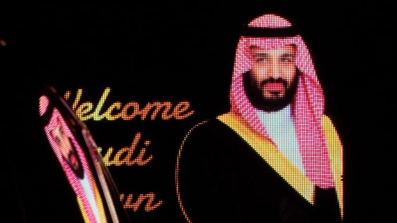 شاهد.. لافتات تحمل صورة محمد بن سلمان أمام سفارة قطر في لندن