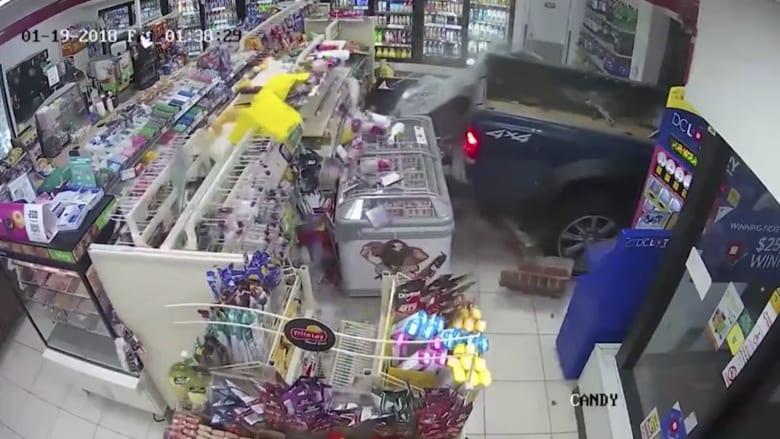 شاهد كيف سرق ثلاثة لصوص جهاز صراف آلي