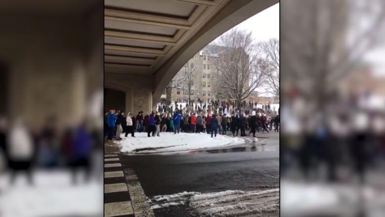 """شاهد.. """"عراك بالثلج"""" بين طلاب جامعيين بأمريكا"""