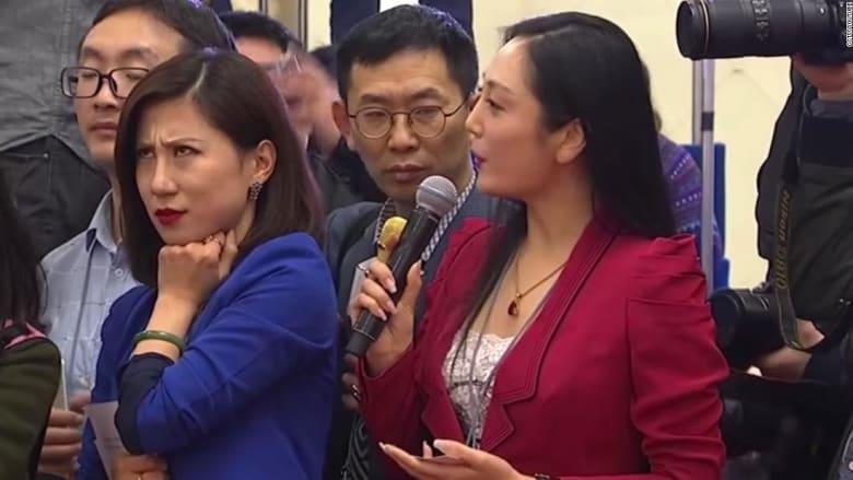 """""""نظرة"""" صحفية صينية نحو زميلتها تثير ضجة كبيرة!"""