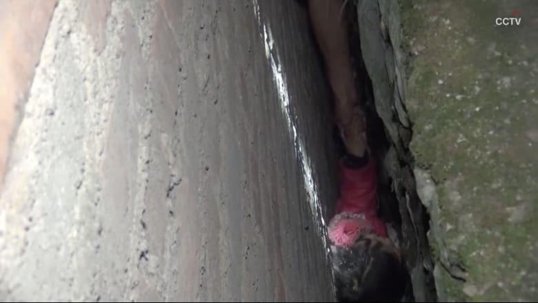 شاهد.. انقاذ طفلة صينية سقطت في شق ضيق