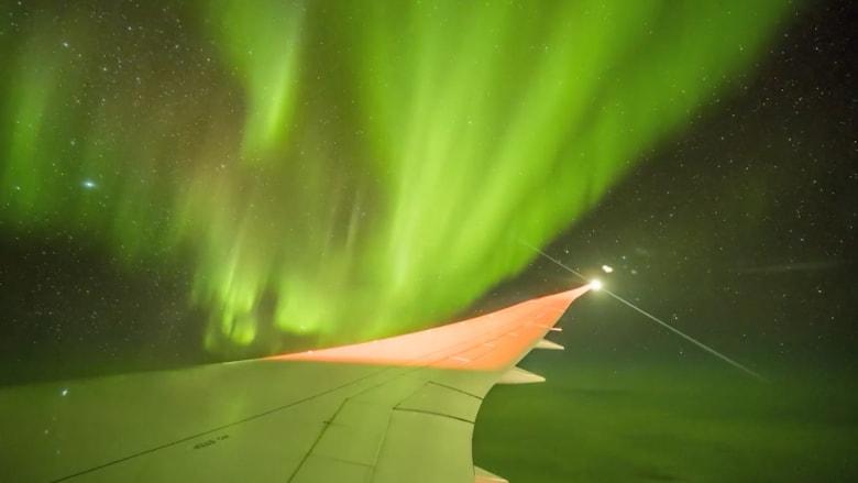 منظر رائع للشفق القطبي من على متن طائرة