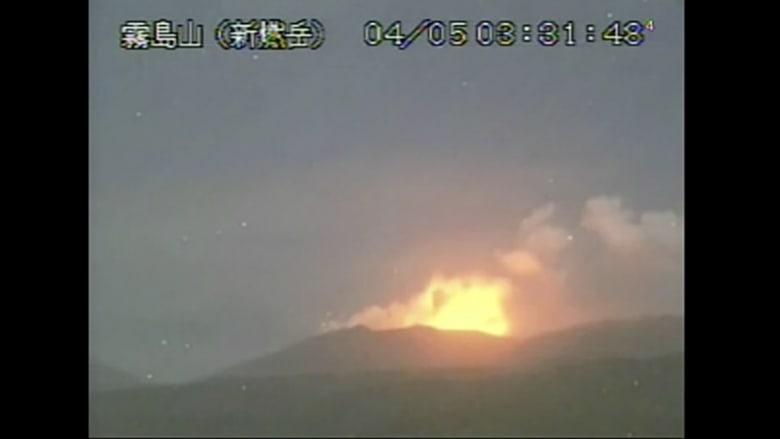 شاهد.. لحظة ثوران بركان في اليابان