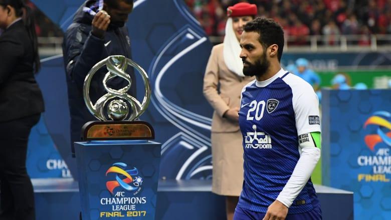"""بعد 18 عاما.. """"القناص"""" ياسر القحطاني يهدي قبلة الوداع لكرة القدم"""