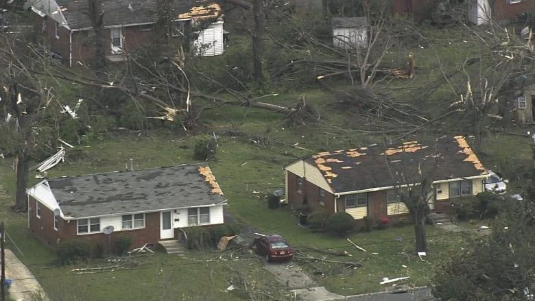 شاهد.. إعصار عنيف يقتلع الأشجار ويدمر المنازل بأمريكا