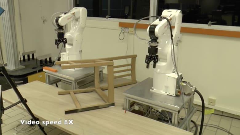 شاهد.. روبوت يُجمّع قطعة أثاث خلال دقائق