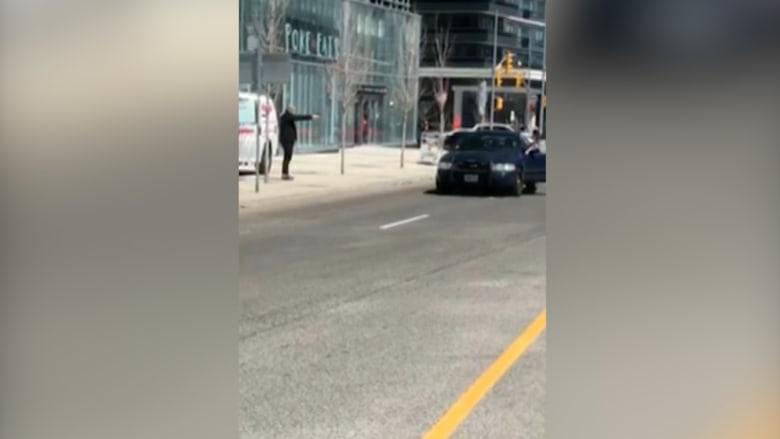 فيديو يظهر ما يبدو أنها مواجهة بين مسلح وشرطة تورونتو