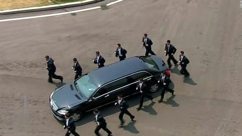 شاهد.. حراس زعيم كوريا الشمالية يركضون حول سيارته