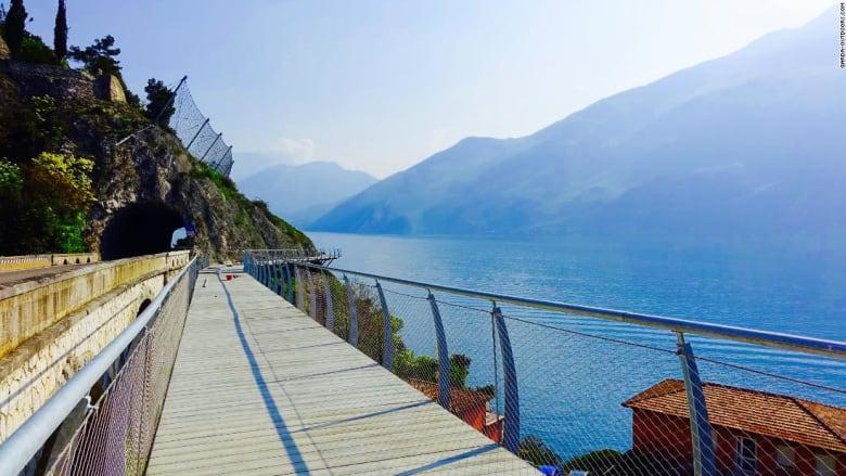 شاهد.. ممر دراجات بطول 140 كيلومترا يلف بحيرة إيطالية