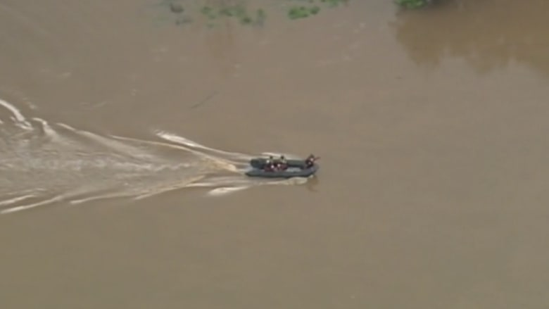 شاهد ماحدث خلال بث مباشر حول فيضانات بأمريكا!