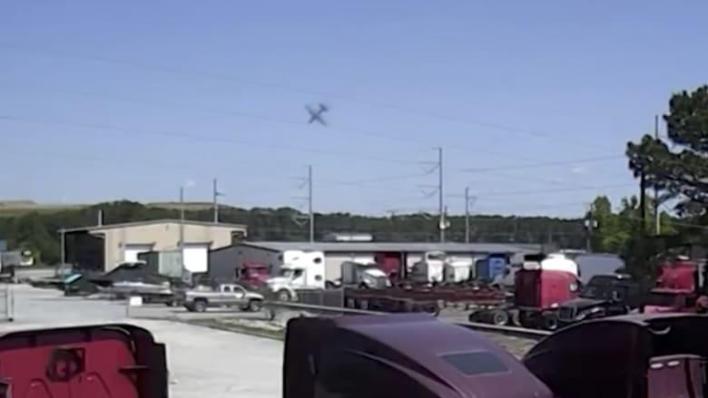 شاهد.. طائرة أمريكية تهوي من السماء قبل أن تنفجر