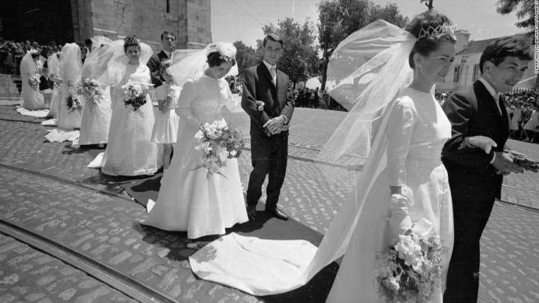 من هن النساء اللواتي يتجرأن على ارتداء فستان ليس أبيض اللون لحفل زفافهن؟