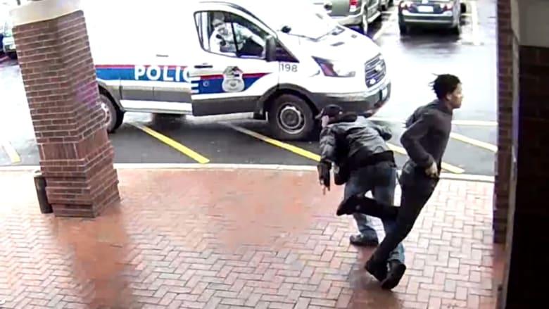 شاهد.. رجل ينهي ملاحقة بوليسية ويعرقل مسلحاً كانت تلاحقه الشرطة