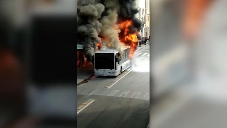 شاهد.. احتراق حافلة قبل انفجارها في قلب روما