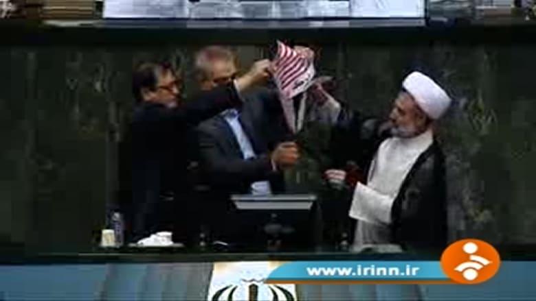 شاهد.. مشرّعون إيرانيون يحرقون علم أمريكا ومستند الاتفاق النووي