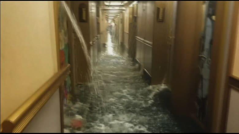 """شاهد.. مياه تغمر سفينة سياحية على طريقة """"تيتانيك"""""""