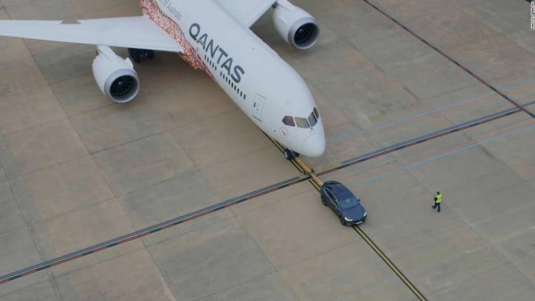 """شاهد.. سيارة """"تيسلا"""" تجر طائرة عملاقة"""