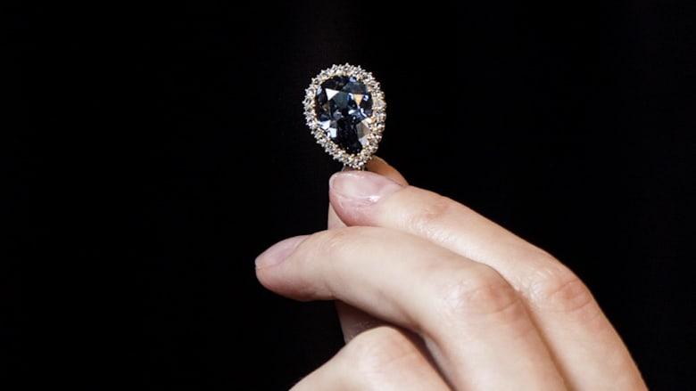 شاهد.. ماسة زرقاء نادرة تُباع بـ 6.7 مليون دولار