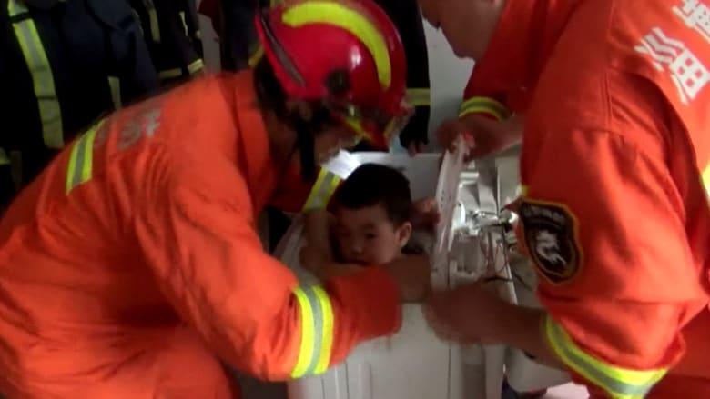 شاهد.. إنقاذ طفل في الـ4 من عمره بعدما علق بغسالة ملابس