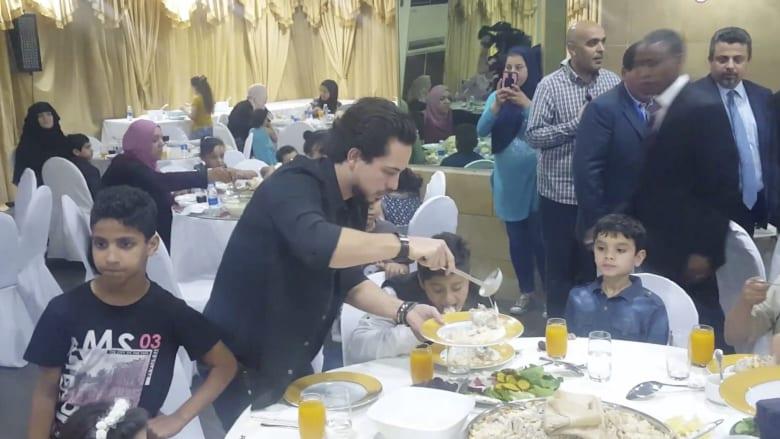 شاهد.. ولي عهد الأردن يشارك الأطفال طعام الإفطار