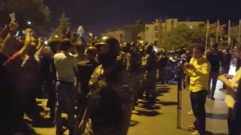 شاهد.. الأمن الأردني يطوق المشاركين بالاعتصام في عمّان
