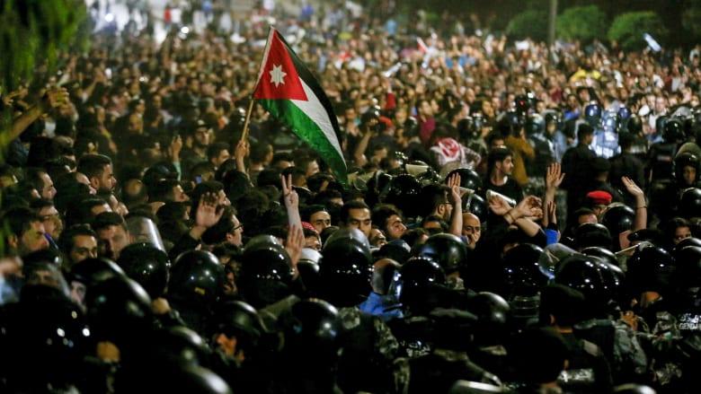 """أردني يعبر عن احتجاجه بالغناء: """"موت يا مواطن ليعيشوا الحرامية"""""""