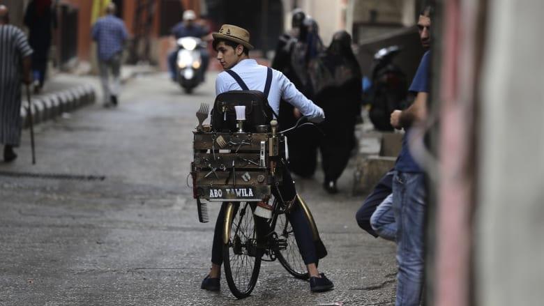 """الحلاق """"أبو طويلة""""..يقص شعر الرجال أينما وُجدوا في بيروت"""