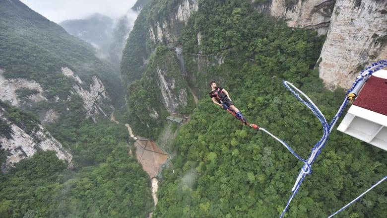 شاهد..القفز بالحبال من أعلى جسر زجاجي في العالم
