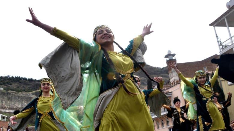 """عيد النوروز في أذربيجان.. رقص وألوان و""""أول يوم ربيع"""""""