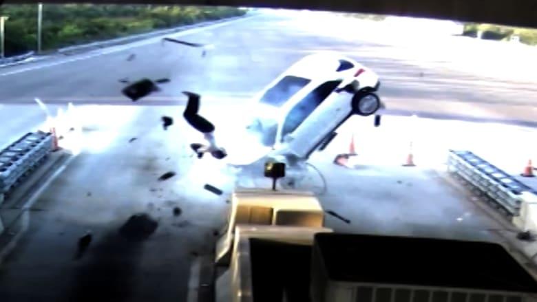 """شاهد.. رجل """"يطير"""" من سيارة بعد حادث اصطدام عنيف"""
