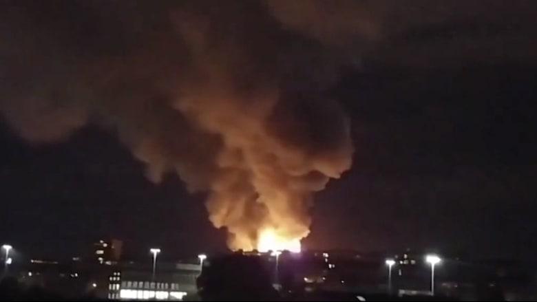شاهد.. حريق هائل يلتهم مبنى بمدرسة شهيرة للفنون في بريطانيا
