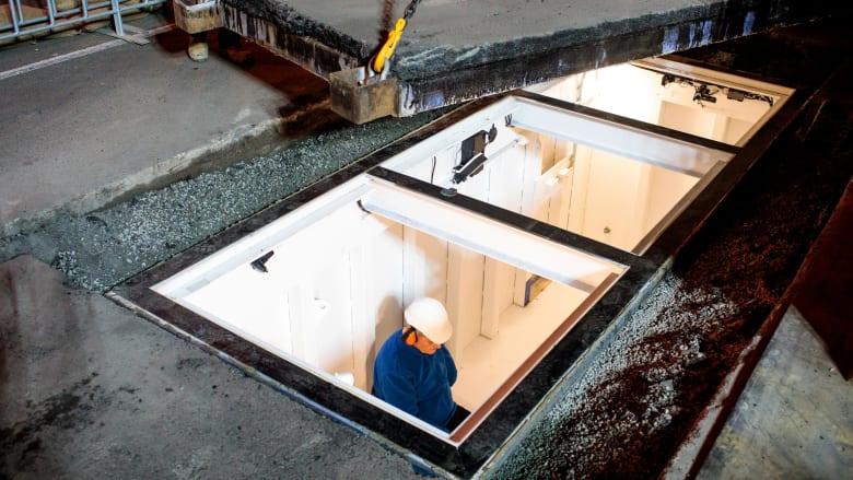 شاهد.. فنان استرالي يدفن نفسه تحت الأرض لثلاثة أيام