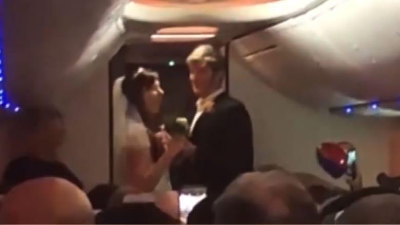 شاهد.. عروسان يعقدان قرانهما على متن طائرة