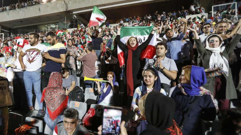 بالصور.. إيرانيات يشجعن بملاعب طهران لأول مرة منذ 1979
