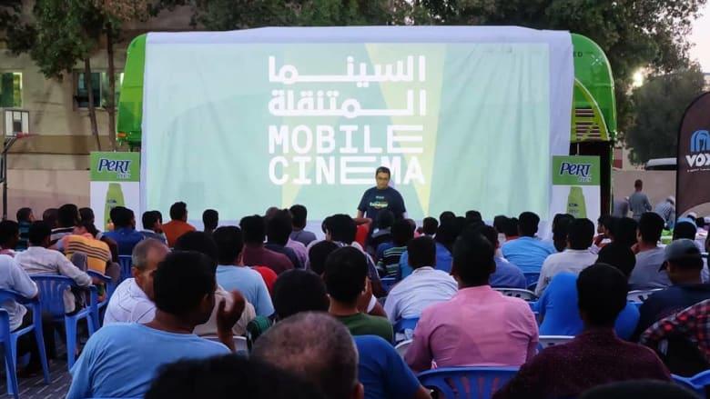 شاهد..حافلة سينما متنقلة في مخيمات العمال في دبي