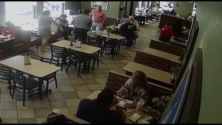 شاهد ماذا حدث فجأة لرجل أثناء تناوله الطعام