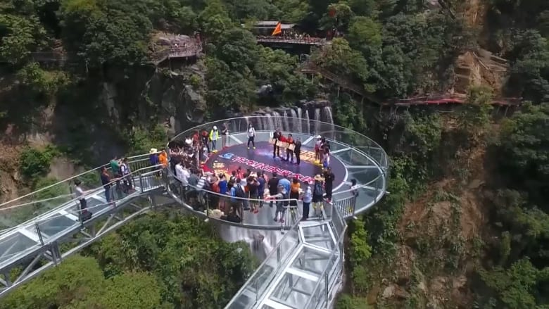 جسر زجاجي شاهق بالصين يجمع بين المتعة والرعب