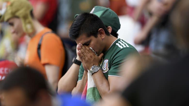 شاهد.. حزن وبكاء جماهير المكسيك بعد الخسارة أمام البرازيل