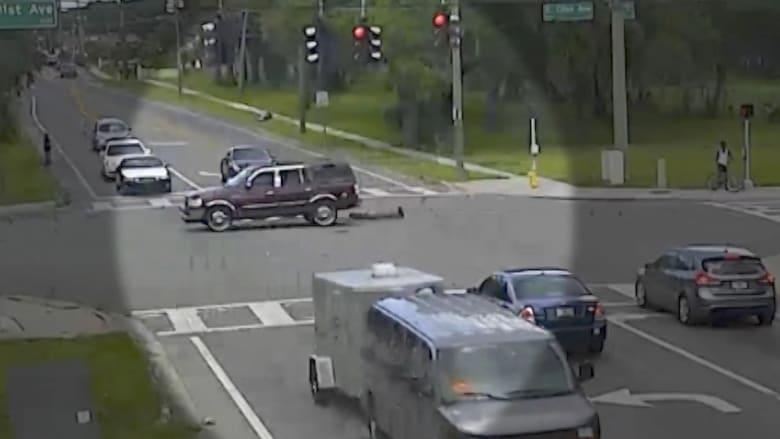 شاهد.. لحظة سقوط إمرأة من سيارة مسرعة بفلوريدا