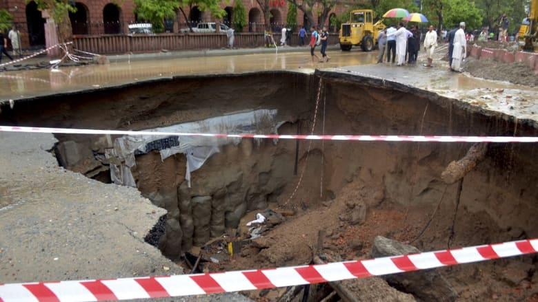 شاهد.. أمطار غزيرة تخلق حفرتين كبيرتين في لاهور