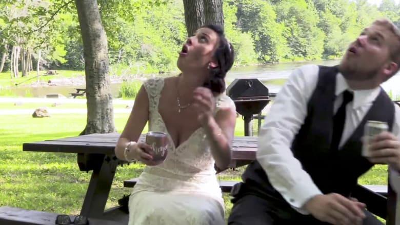 شاهد.. نجاة زوجين من سقوط فرع شجرة في حفل زفافهما