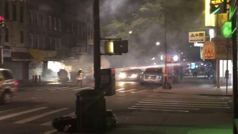 شاهد.. امرأة تطلق الألعاب النارية على الناس في الشارع